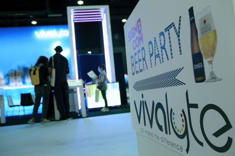 Sign2Com Vivalyte stand with interactive led lightbox, Vivalyte Beer