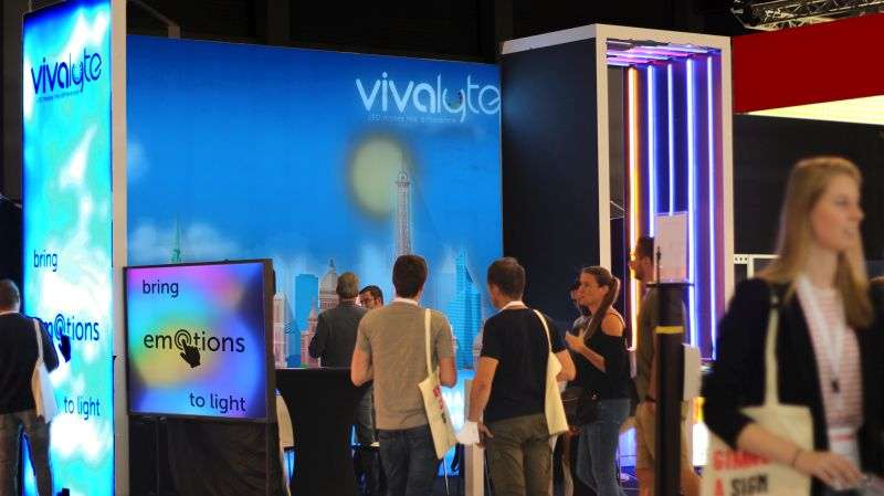 Sign2Com Vivalyte stand with interactive led lightbox, and dynamic lightbox led